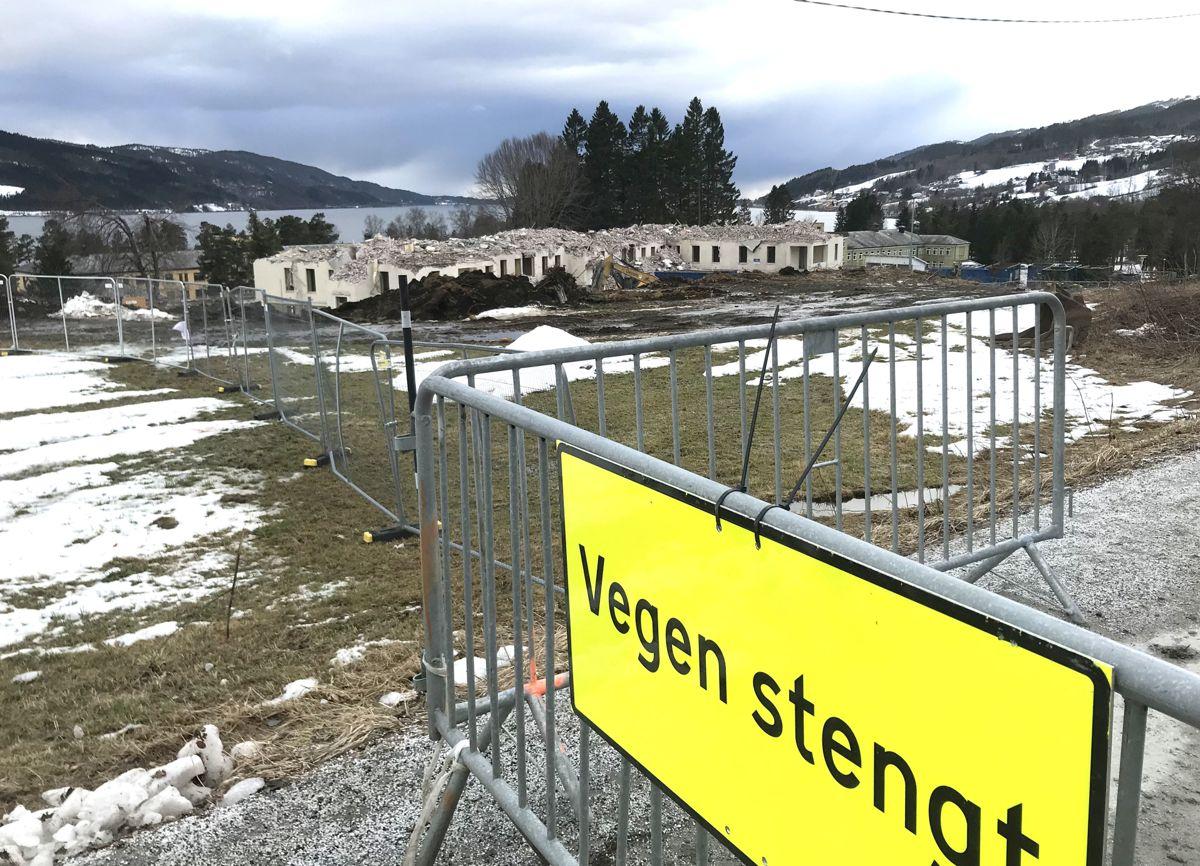 <p>Rivingen av bygningsmassen ved psykiatrisk avdeling Hjelset er i full gang, for å gjøre klart til nytt fellessykehus for Nordmøre og Romsdal. Bildene er tatt i påsken. Foto: Svanhild Blakstad</p>