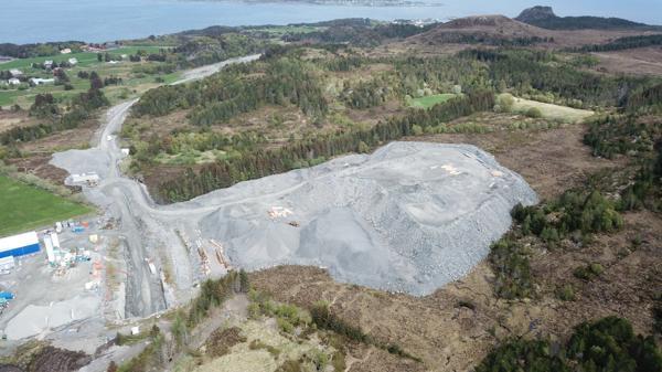 Aurstad Tunnel skal hente 80.000 kubikk tunnelstein fra masselageret til Nordøyvegen sør på øya Fjørtofta.