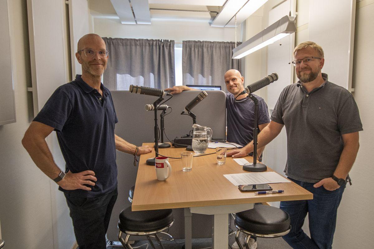 Konserndirektør for strategi og bærekraft i Veidekke Lars Erik Lund (fra venstre) i studio med Frode Aga og Christian Aarhus i Byggeindustrien. Foto: Sindre Sverdrup Strand