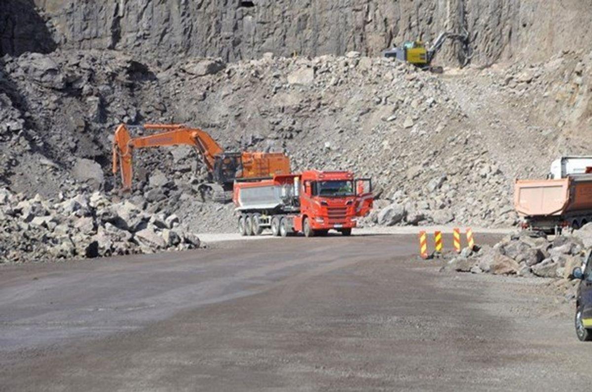 Det er hektisk anleggsvirksomhet ved påhugget til Sollighøgdatunnelen sør. Senere i september skal første tunnelsalve sprenges.