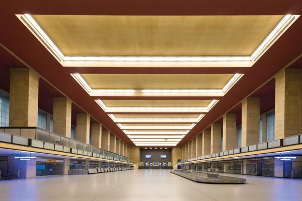 En ny undersøkelse viser at det vil koste mer enn 20 milliarder kroner å totalrenovere den enorme terminalbygningen. Foto: Claudius Pflug/Tempelhof Project GmbH