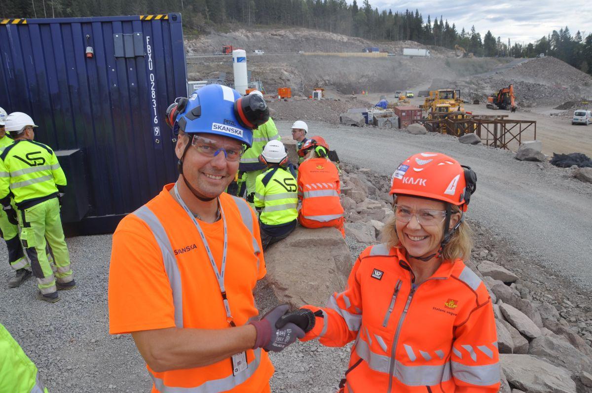 Prosjektleder Bjarte Næss i Skanska og prosjektleder May Bente Hiim Sindrel i Statens vegvesen, kan gratulere hverandre med at tunneldrivingen er igang.