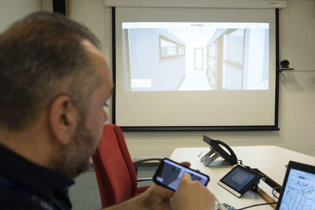Mario Rinaldi demonstrerer BIMx og viser hvordan den interaktive 3D-modellen gir tilgang til data og gjør det mulig å sette seg inn i komplekse problemstillinger fra mobilen.