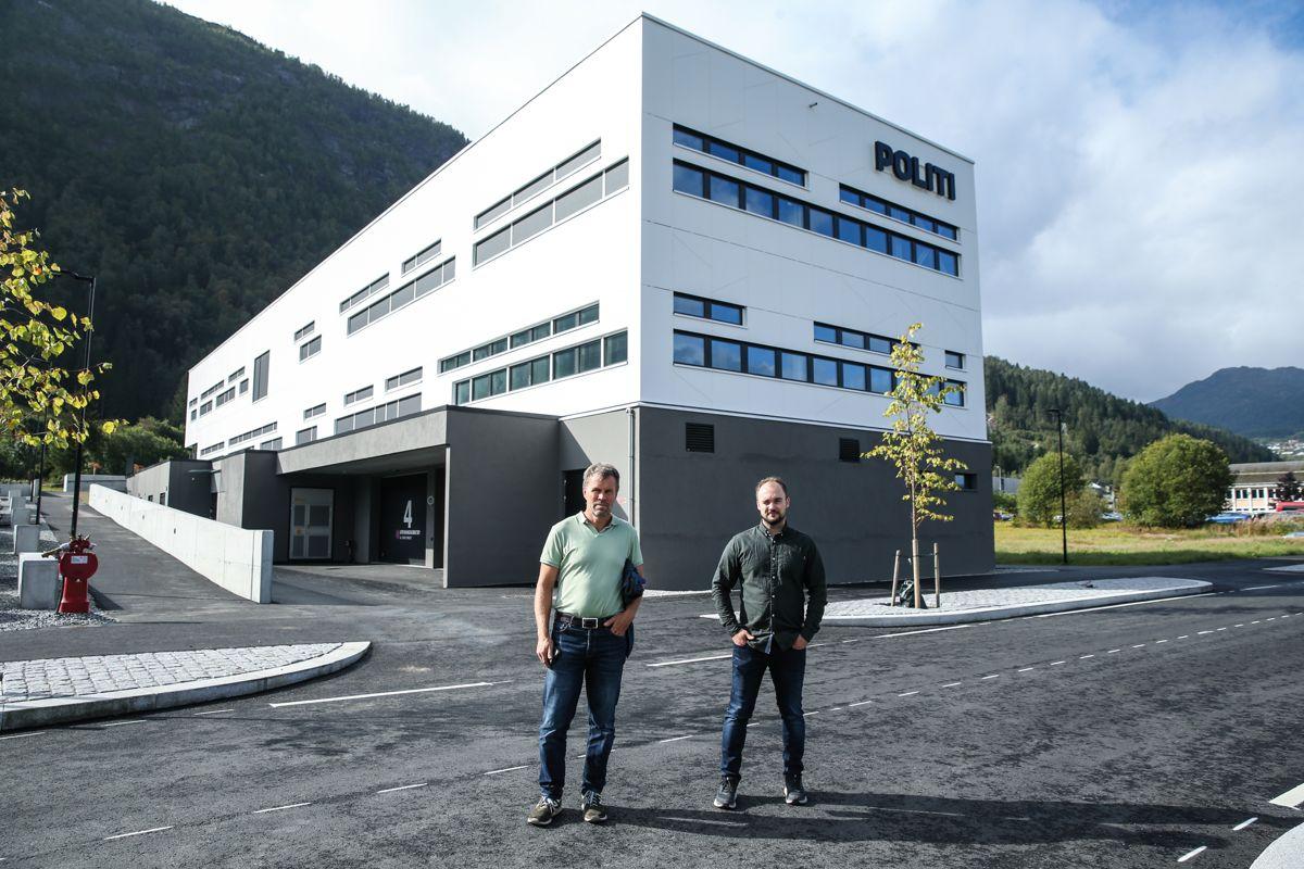 Lensmann i Sunnfjord Dag Fiske (t.v.) sammen med prosjektleder for Åsen & Øvrelid Torjus Pettersen Nordheim foran nybygde Førde politistasjon.