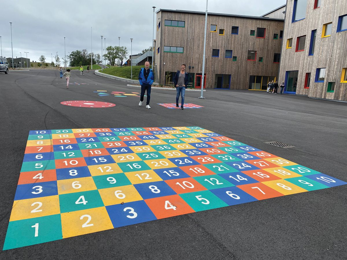 Lek og læring går i ett i skolegården. Fra v. Backes prosjektleder Tom Mikal Reianes og anleggsleder Gunnar Harestad.