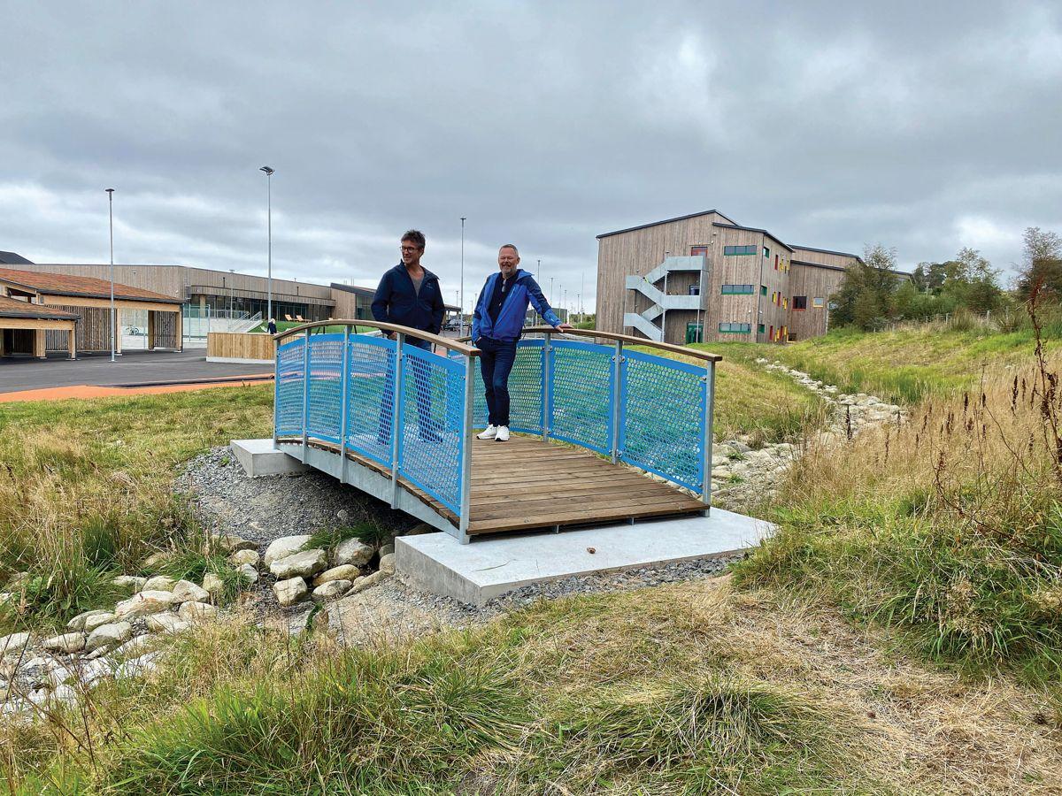 Anleggsleder Gunnar Harestad og prosjektleder Tom Mikal Reianes på bruen som inngår i prosjektet.