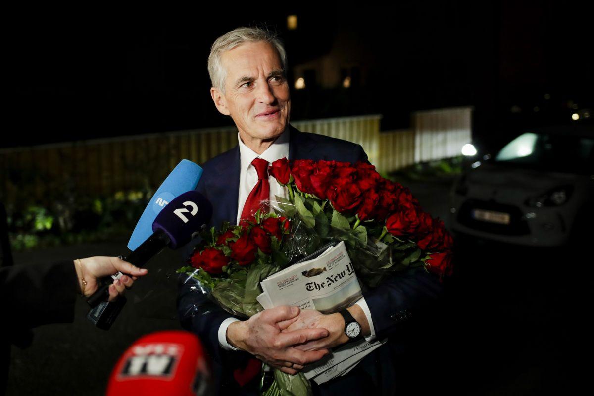 Ap-leder Jonas Gahr Støre på vei hjem til sin bolig i Oslo etter en lang valgkamp. Tirsdag starter arbeidet med å danne en ny regjering. Foto: Javad Parsa / NTB