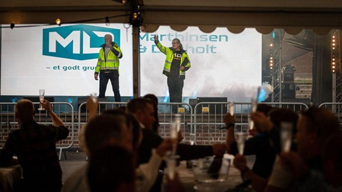 Administrerende direktør Frank Duvholt og konferansier Heljar Berge utbrakte skålen for ny logo