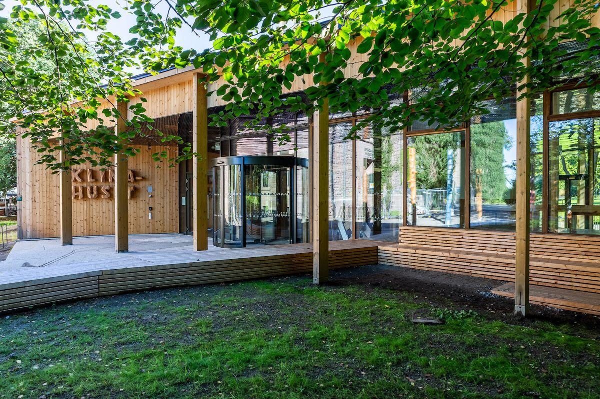 Klimahuset i Botanisk hage på Tøyen beskrives som et stedtilpasset prosjekt som viser at det er mulig å bygge i nær kontakt med eksisterende trær og i samspill med naturens prosesser. Foto: Atsite