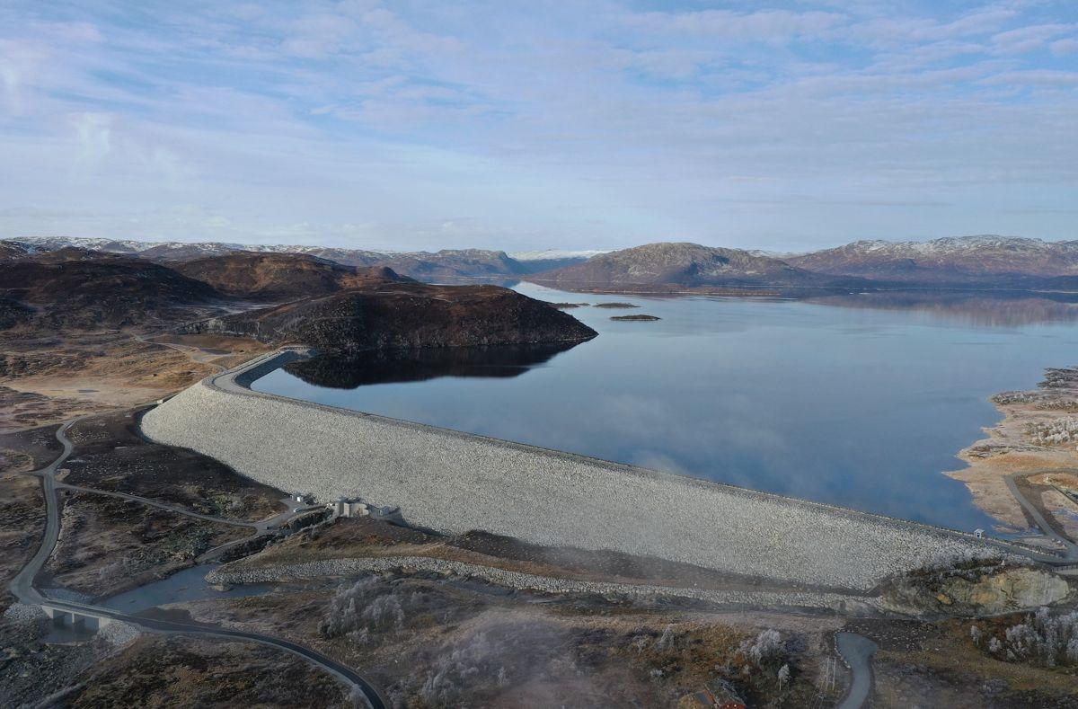 De store fyllingsdammene Songa og Trolldalen i Vinje kommune er bygget som en del av den store Tokkeutbyggingen i perioden 1958-62. Begge dammene ble bygget om tidlig på 2000-tallet, men ble rehabilitert i 2017 som følge av nye sikkerhetskrav.  Foto: Statkraft