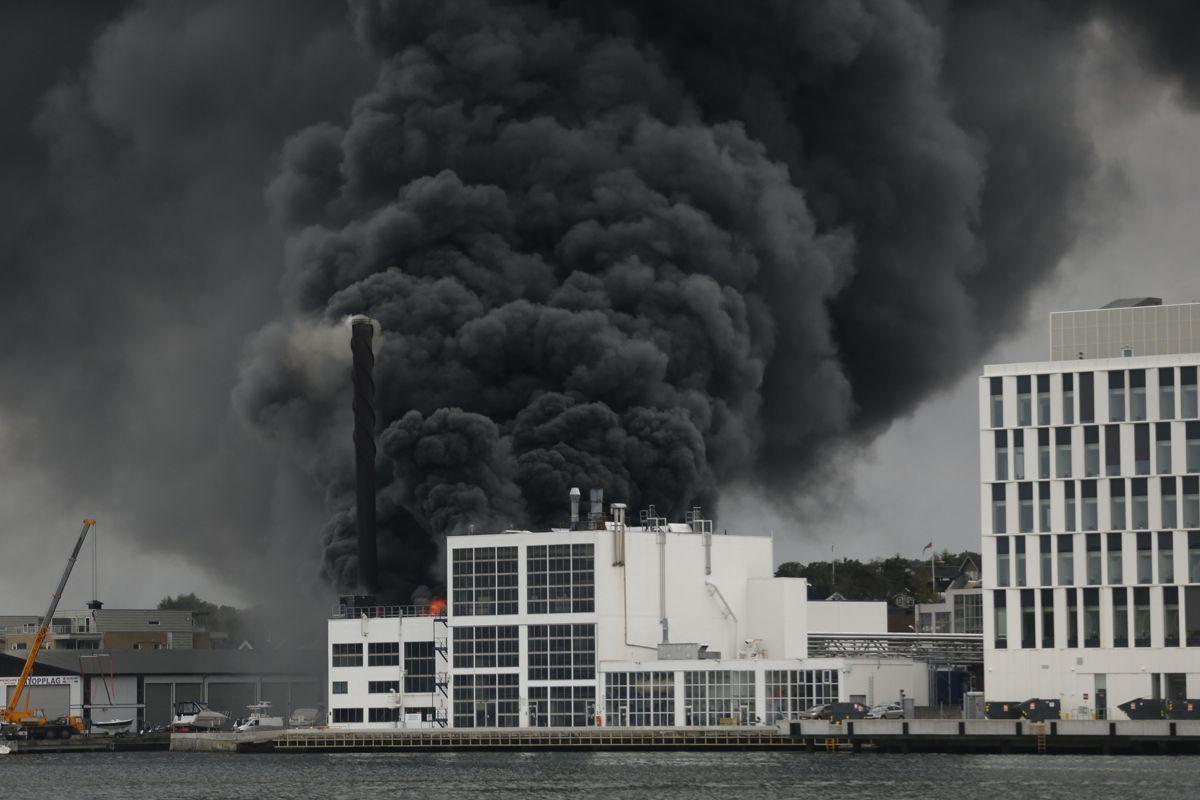 Det var synlige flammer og kraftig røykutvikling fra Jotun fabrikker i Sandefjord onsdag ettermiddag. Foto: Trond Reidar Teigen / NTB