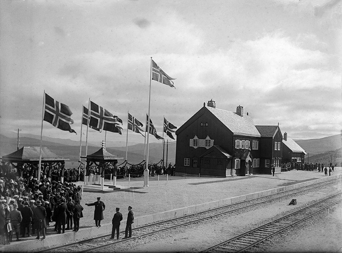Kong Haakon VII sto for åpningen av Dovrebanen på Hjerkinn stasjon 17.september 1912. Hundre år etter markerer oldebarnet, kronprins Haakon jubileet. Foto: Norsk Jernbanemuseum.