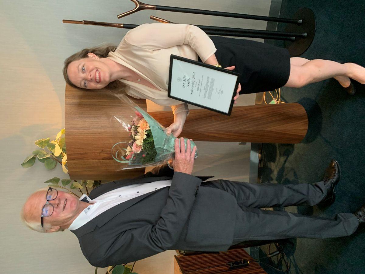 Styreleder i Norsk Svensk Handelskammer, Kai Eide, delte ut stipendet til OBOS-lederen, Hilde Rostad. Foto: OBOS