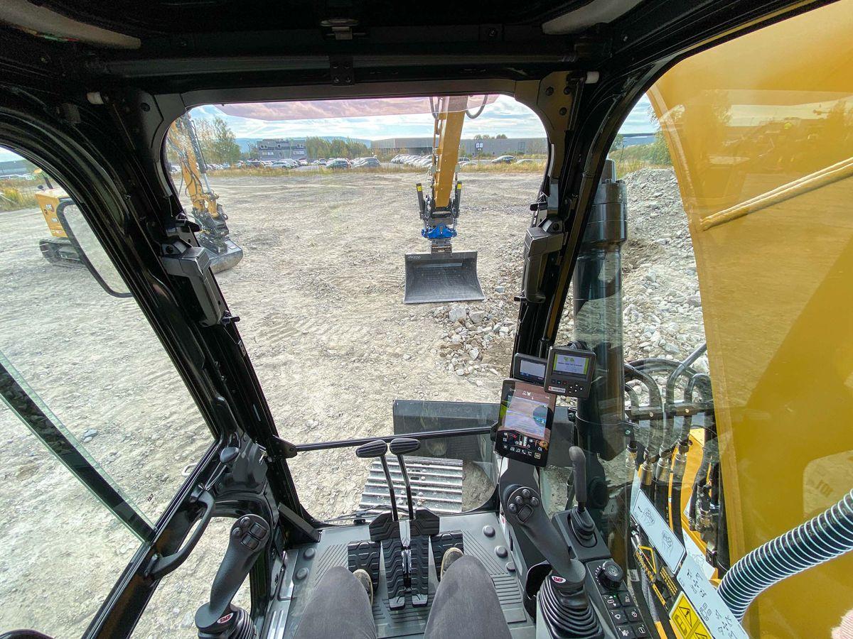 Maskinen er utstyrt med kamera bak og på høyre side som vises i en åtte tommer stor touchskjerm i hytta. Størrelsen på hytta er den samme som på premiummodellen, Cat 315.