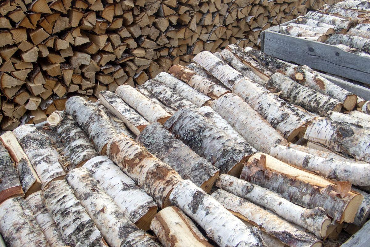 Byggevarekjeden Obs Bygg forventer også rekordhøyt salg av ved. I år har de bestilt 1.9 millioner vedsekker og 390.000 pakker med fyringsbriketter. Foto: Gorm Kallestad / NTB