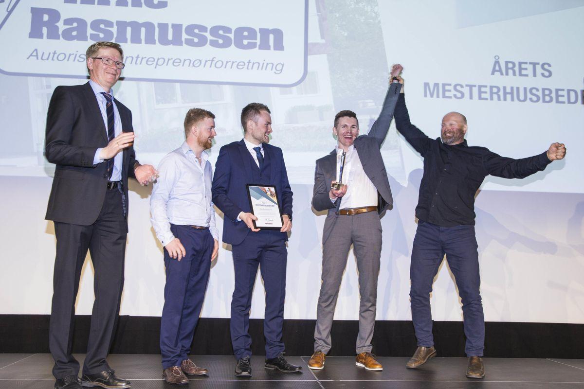 Leder i Mesterhus Tore Mjaavatn, til venstre, delte ut prisen til en fornøyde ansatte hos Byggmester Arne Rasmussen.