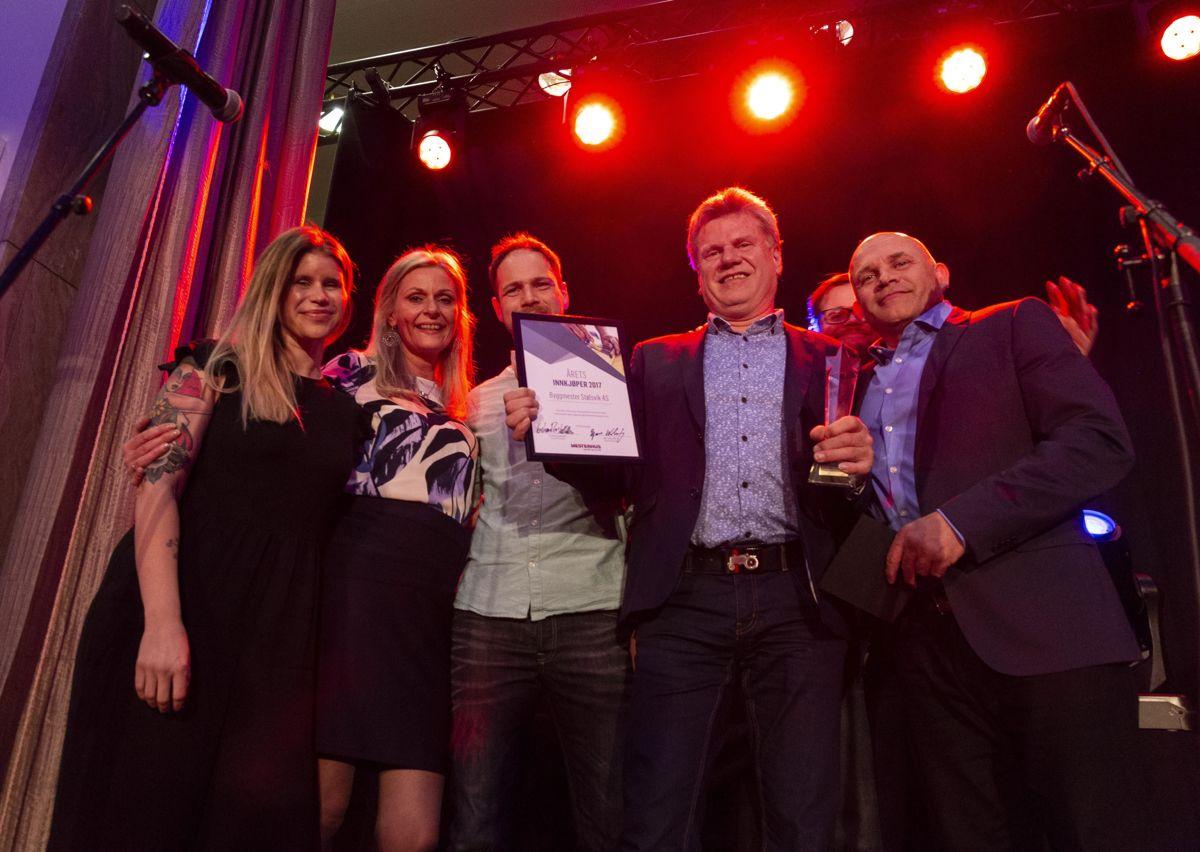 En fornøyd gjeng fra Byggmester Stølsvik mottar prisen for årets innkjøper fra Mestergruppens Bjørn Marius Wefring og Kristian Reistadbakken til høyre.