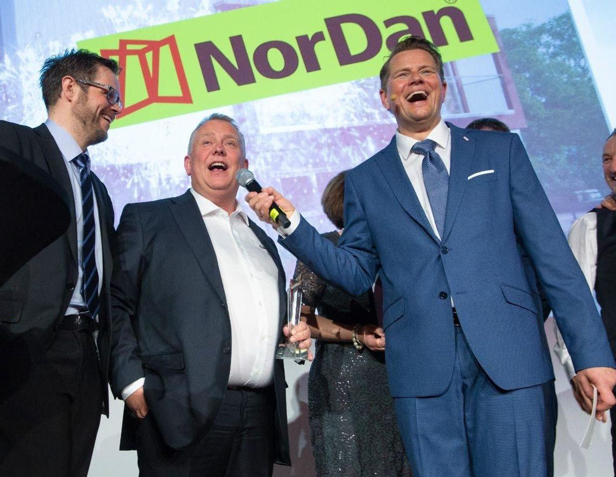 Arnfinn Norås fra Nordan takk for prisen, flankert av konferansier Robert Stoltenberg og Kristian Reistadbakken fra Mestergruppen til venstre.