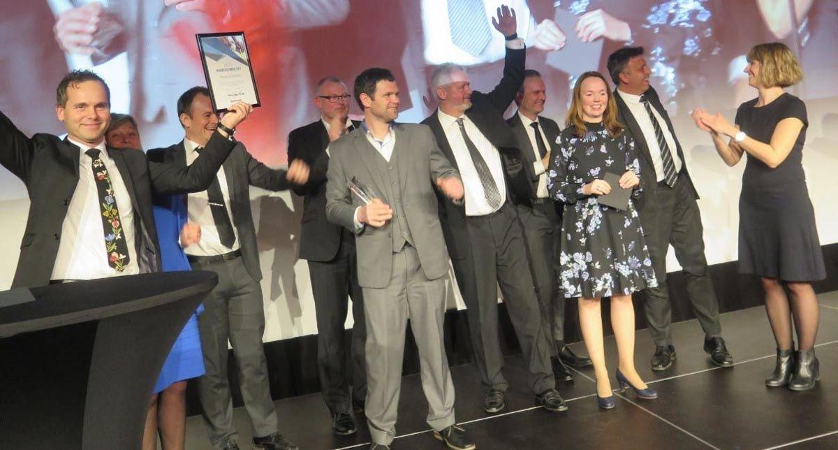 En glad gjeng fra Mesterhus Tønsberg mottar prisen for årets markedsfører av Monica Blom Thorsen og Tine Jeanette Nygård fra Mesterhus Norge.