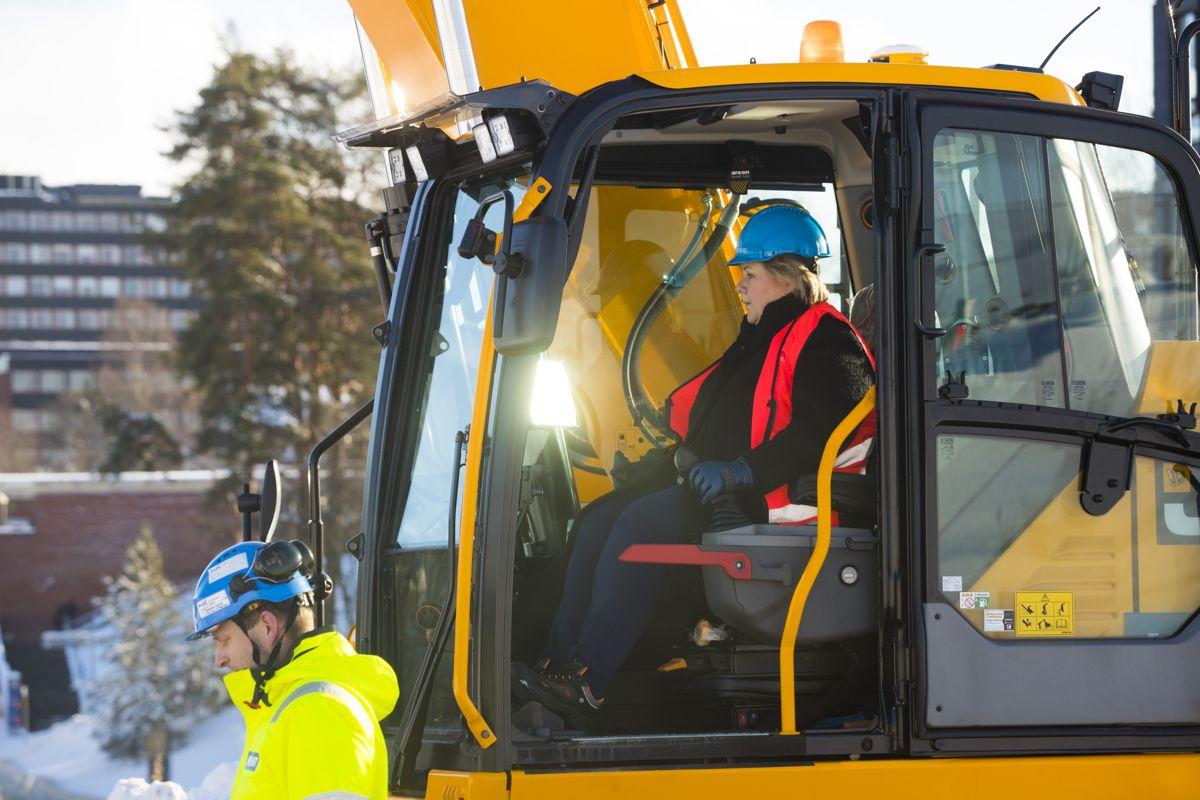 Statsminister Erna Solberg i en gravemaskin i februar 2019, instruert av Erling Sande, markerer byggestart på det som blir Norges største universitetsbygg. Livsvitenskapsbygget ved Universitetet i Oslo. Bygget skal huse 1.600 studenter og 1.000 ansatte. Foto: Terje Bendiksby / NTB