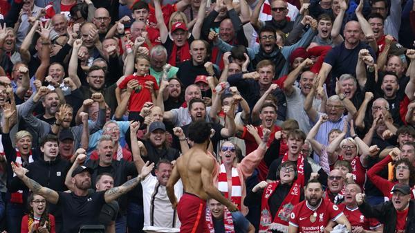 Mohamed Salah feirer med Liverpool-fansen etter en scoring mot Crystal Palace sist helg. Foto: Jon Super / AP / NTB