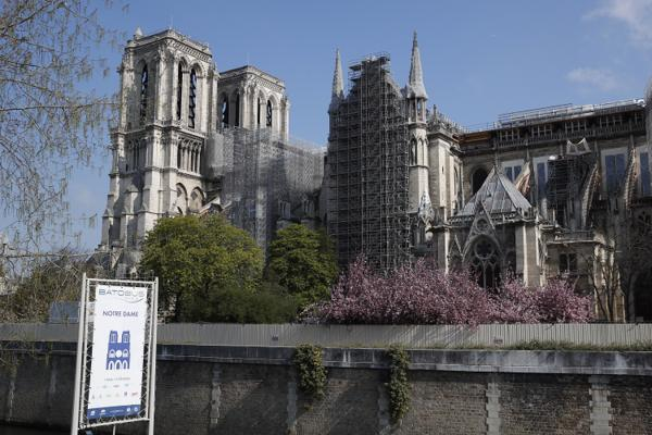 Notre-Dame-katedralen avbildet i april. Foto: François Mori / AP / NTB