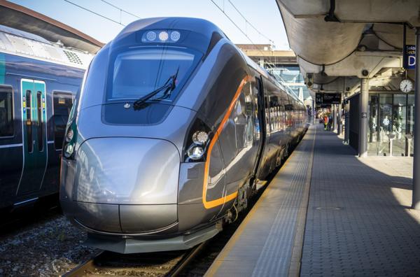Det nye flytoget fra den spanske tog-produsenten CAF hadde sin første avgang fra Oslo S klokken 7.50 torsdag 3. juni. I alt har Flytoget bestilt åtte slike togsett til 1,3 milliarder kroner fra den spanske produsenten CAF. Ingen av dem er i dag i bruk. Foto: Ole Berg-Rusten / NTB