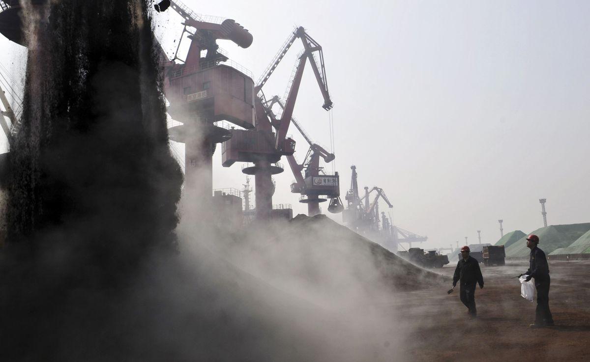 Prisen på jernmalm har falt de siste månedene. Prognosesenteret tror det vil gi en priskorreksjon på stål, men det er ikke sikkert korrelasjonen blir like stor som den historisk har vært. Illustrasjonsfoto: AP Photo