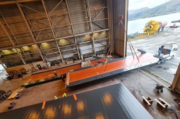 Hos Prodtex på Sunnmøre har roboter utført lasersveising av brudekket for Frønes bru i Åfjord kommune i Trøndelag. Brudekket er nå klar for transport.