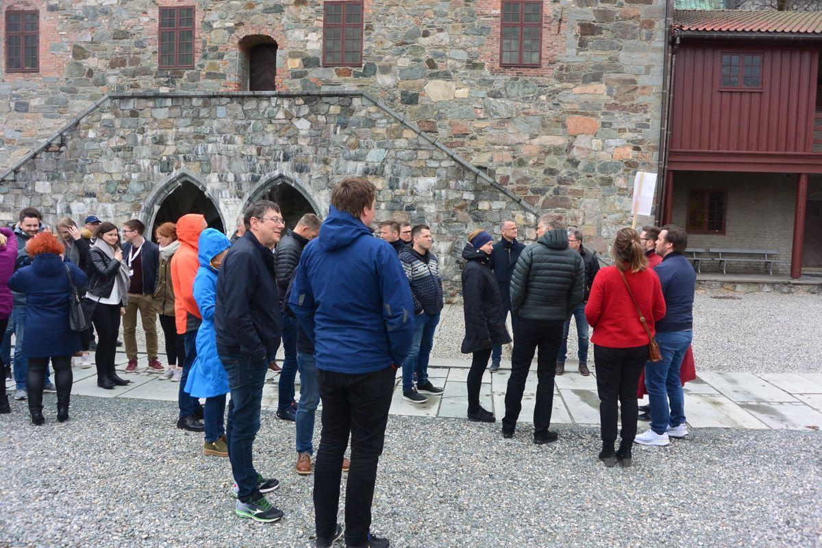 På mange konferanser ser deltakerne bare møtelokalene og -hotellet. For å gjøre noe med dette til Norgeshus med hele konferansen til en tur til Trondheim, med blant annet omvisning og konsert i Nidarosdomen. Her en del av gruppen samlet på gårdsplassen til Erkebispegården.