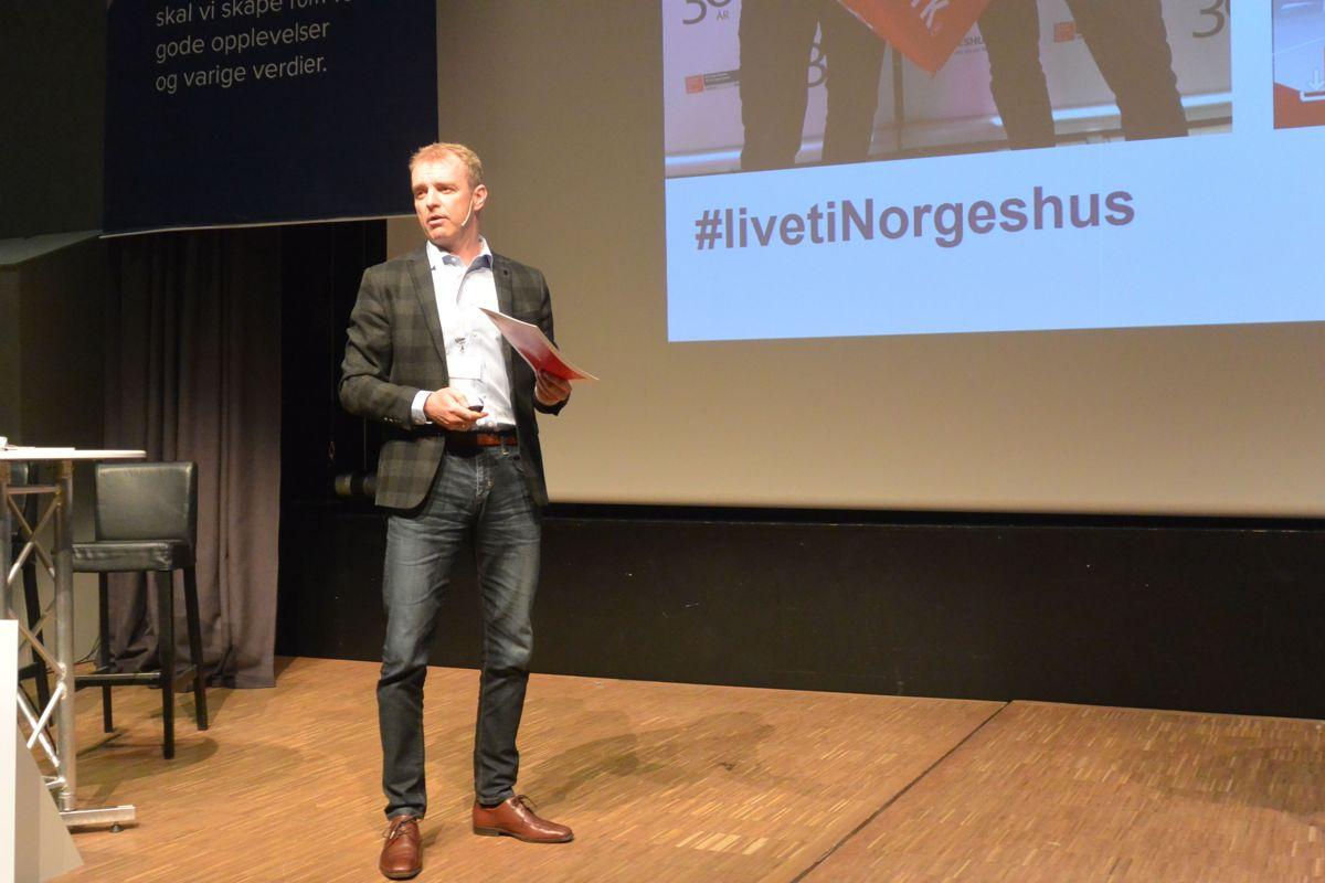 Markedsdirektør Benn Asgeir Båtvik hadde oppgaven med lede programmet under konferansens første dag.