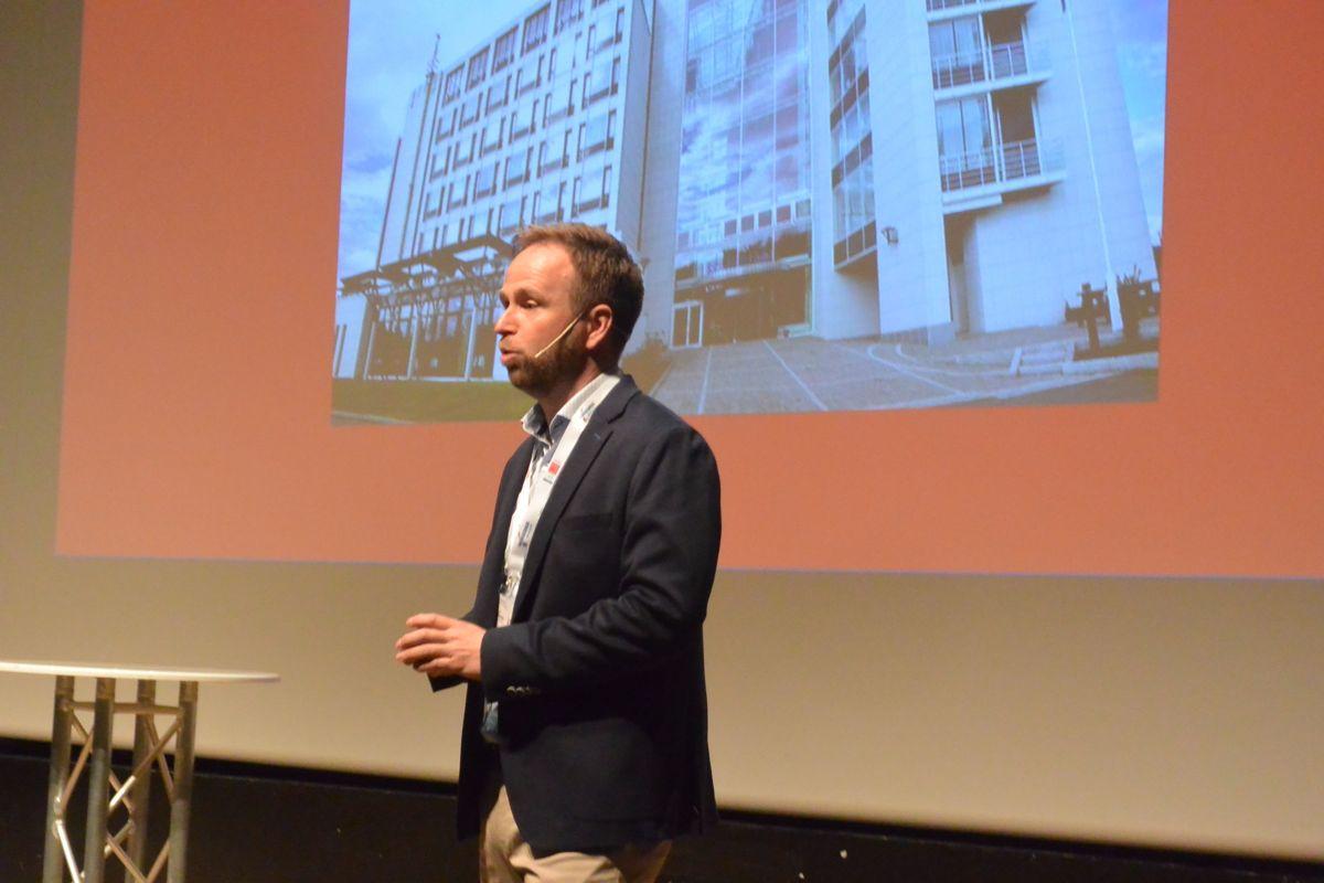 Lederen for Norgeshus, Dag Runar Båtvik, hadde samlet en stor forsamling for å markere at gruppen kan se tilbake på 30 års virksomhet.