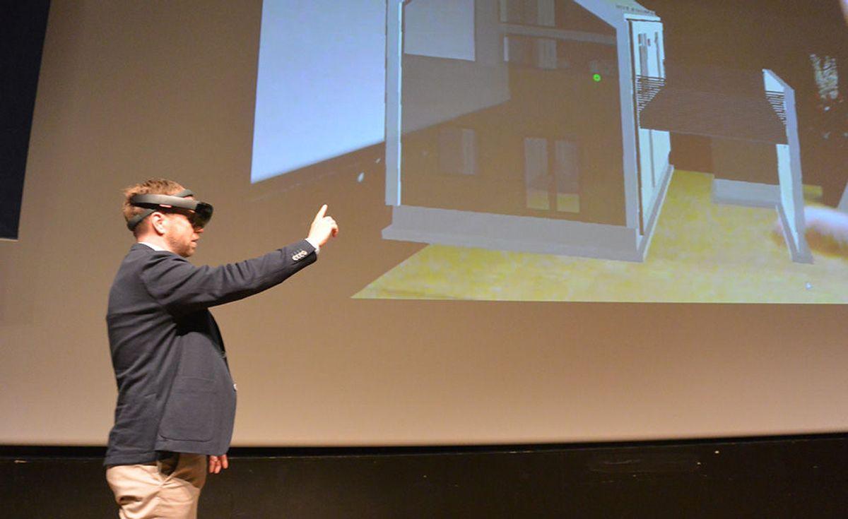 Adm. dir Dag Runar Båtvik tror HoloLens-teknologien kan gi fordeler i byggeprosessen, og han demonstrerte hvordan det fungerer fra scenen.