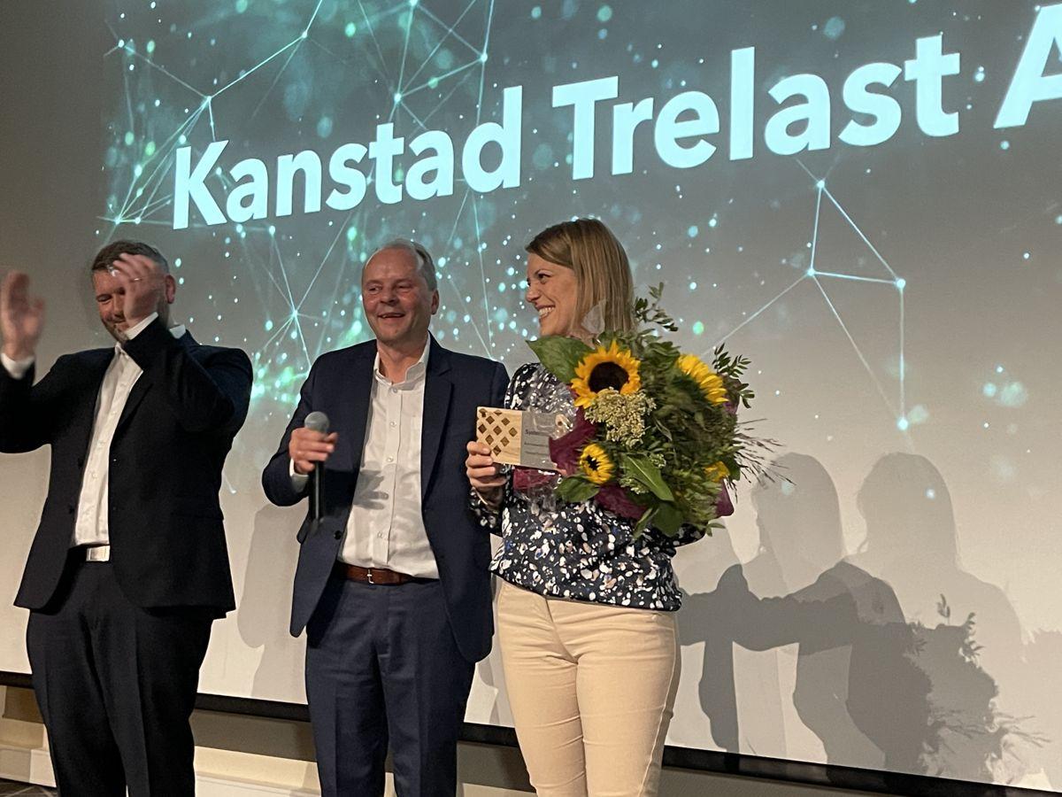 Bodil Kanstad i Kanstad Trelast AS tok imot prisen som årets forhandler i Systemhus for 2020. Foto: Systemhus