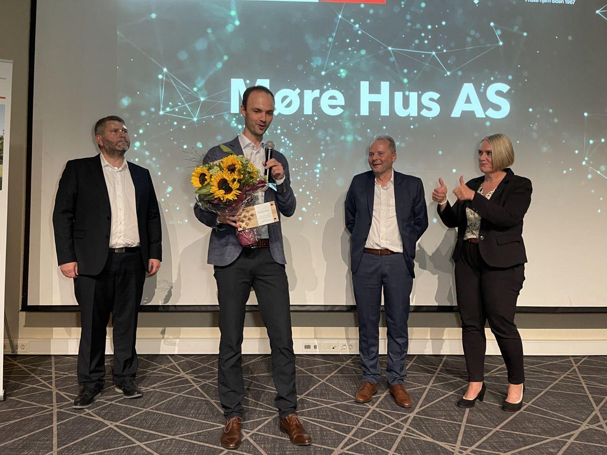 Møre Hus AS var den velfortjente vinneren av prisen for mest fornøyde kunder. Jan-Magnus Knudsen tok imot prisen. Foto: Systemhus
