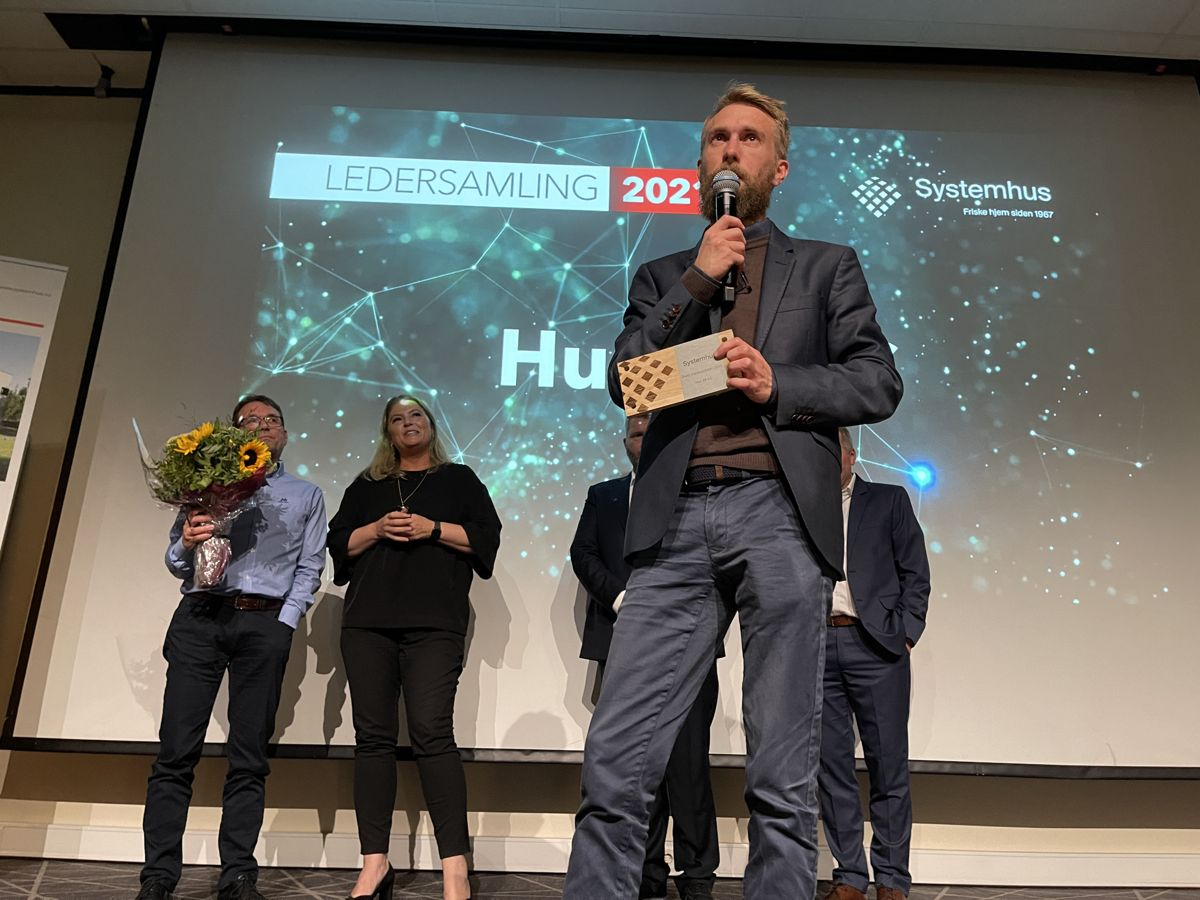 Morten Økland i Hus28 AS tok imot prisen som årets markedsfører for 2020 på ledersamlingen. Foto: Systemhus