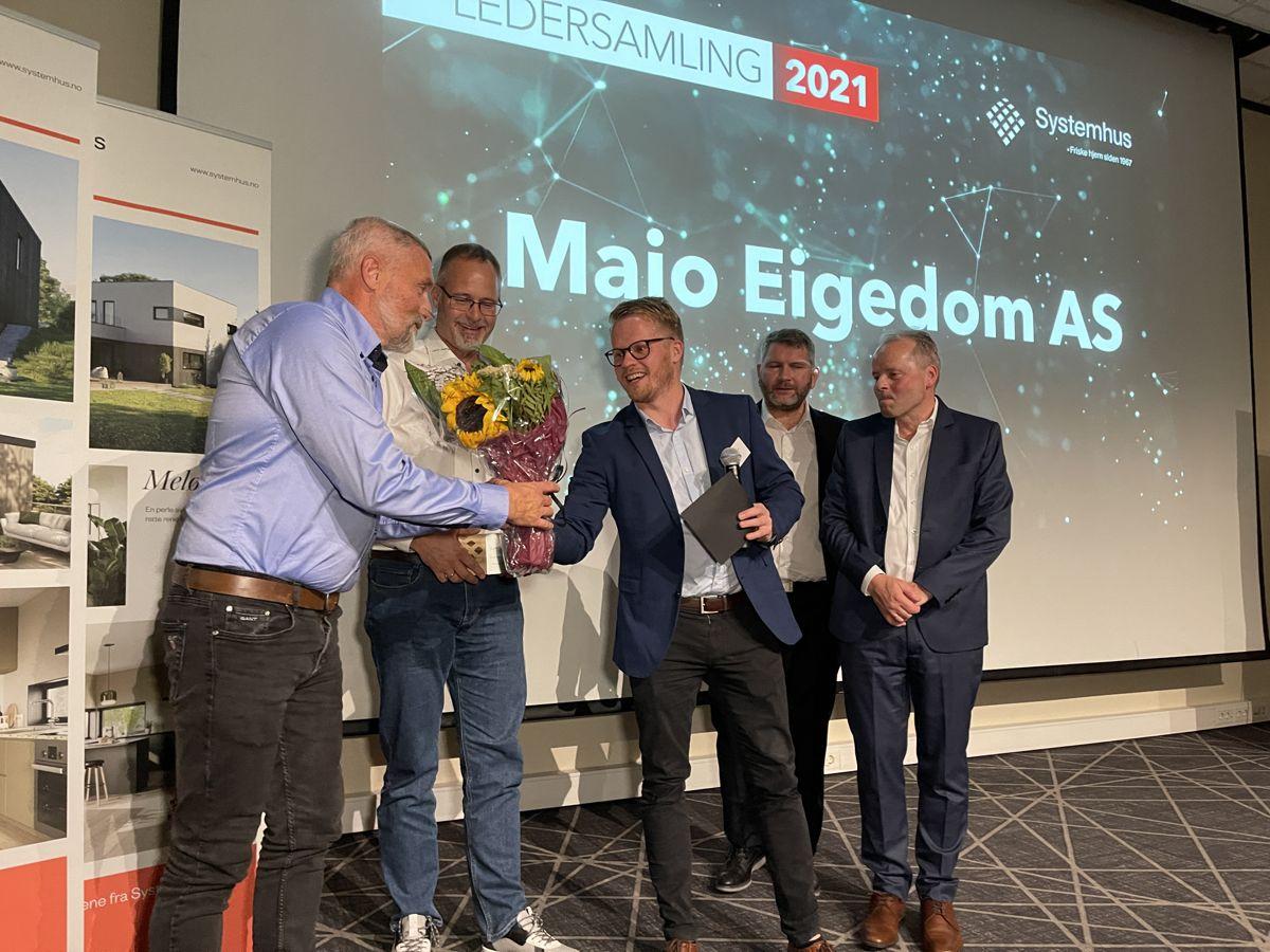 Magnus Johan Helgesen og Jon Magne Soltveit Gabrielli i Majo Eigedom AS tok imot prisen som årets nykommer i Systemhus. Foto: Systemhus