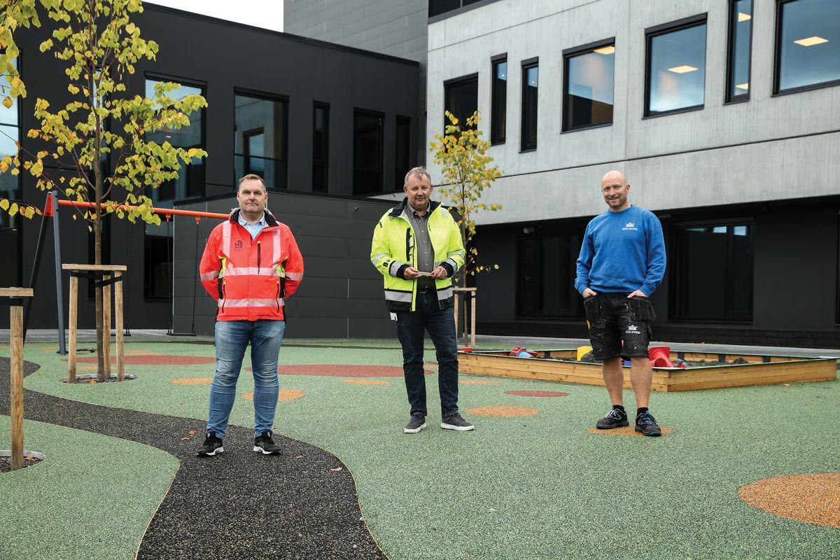 Fra venstre prosjektleder for HS Rise Bygg Endre Skeide, prosjektleder for Ulstein Eigedomsselskap KF Idar Brekke og anleggsleder Even Rise fra HS Rise Bygg.