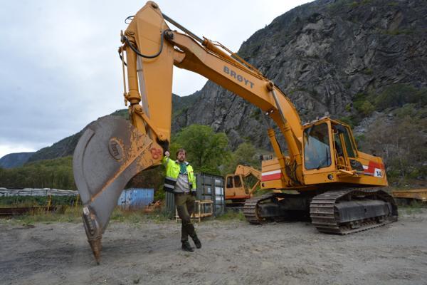 Olav Wendelbo reparerer gamle Brøyt-maskiner.