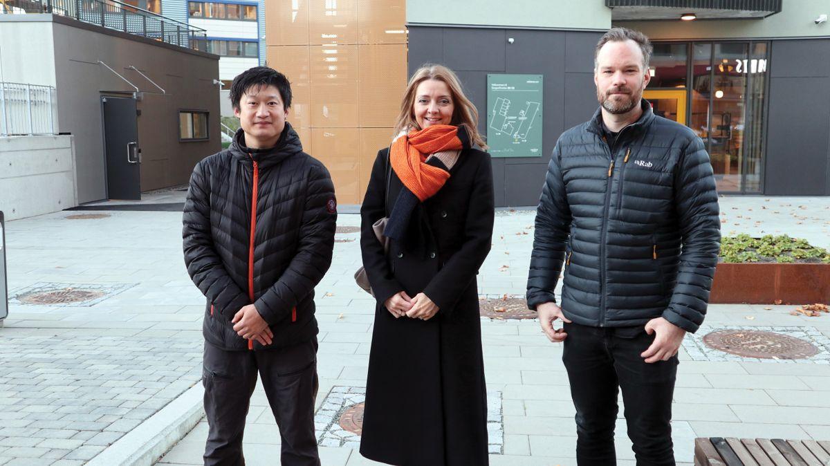 Anders Austeng fra Trym, Gunn Kristin Mebust Åsegård fra Frost Eiendom og Marius Espnes Landheim fra Skibnes arkitekter er godt fornøyd med det ferdige resultatet. Foto: John Inge Vikan.