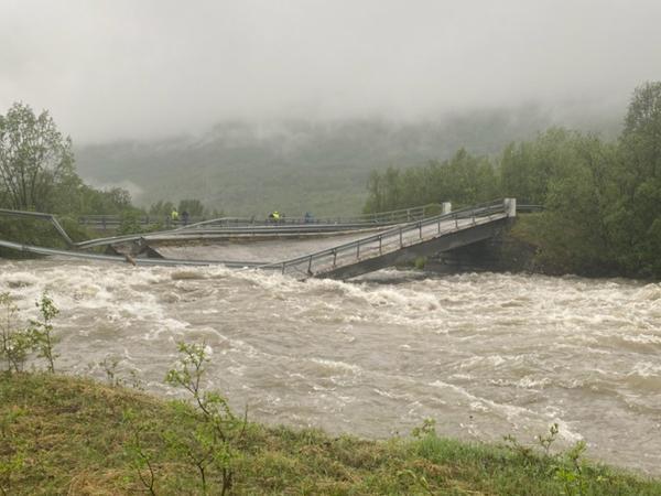 Den gamle E6-brua over Badderelva kollapset i flommen 12. juni i år. Nå skal den rives.