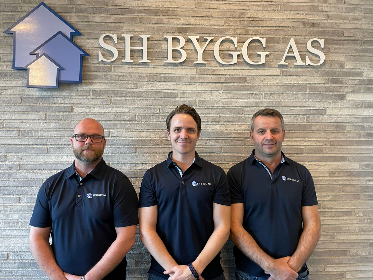 Jonas Lunde (fra venstre), Jan Erik Pedersen och Hagji Shala i SH-Bygg. Foto: SH-Bygg