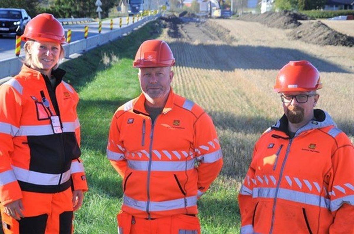 Prosjektleder Vibeke Malvik t.v med kontrollingeniørene Marius Brekke og Lars Kolstad ved Osloveien som nå får 3,3 km gang- og sykkelveg.