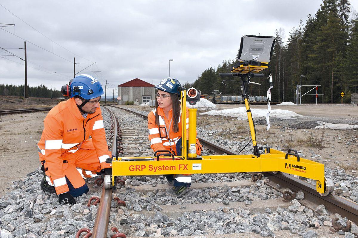 <p>Marigonë Selimi og Rolf Christian Kværnæs i Skanska måler jernbaneskinner med en toppmoderne spormåler.</p>