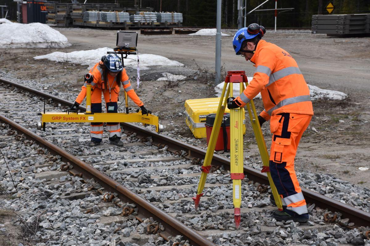 Måleverktøyet fraktes enkelt i bil og monteres på togsporene.