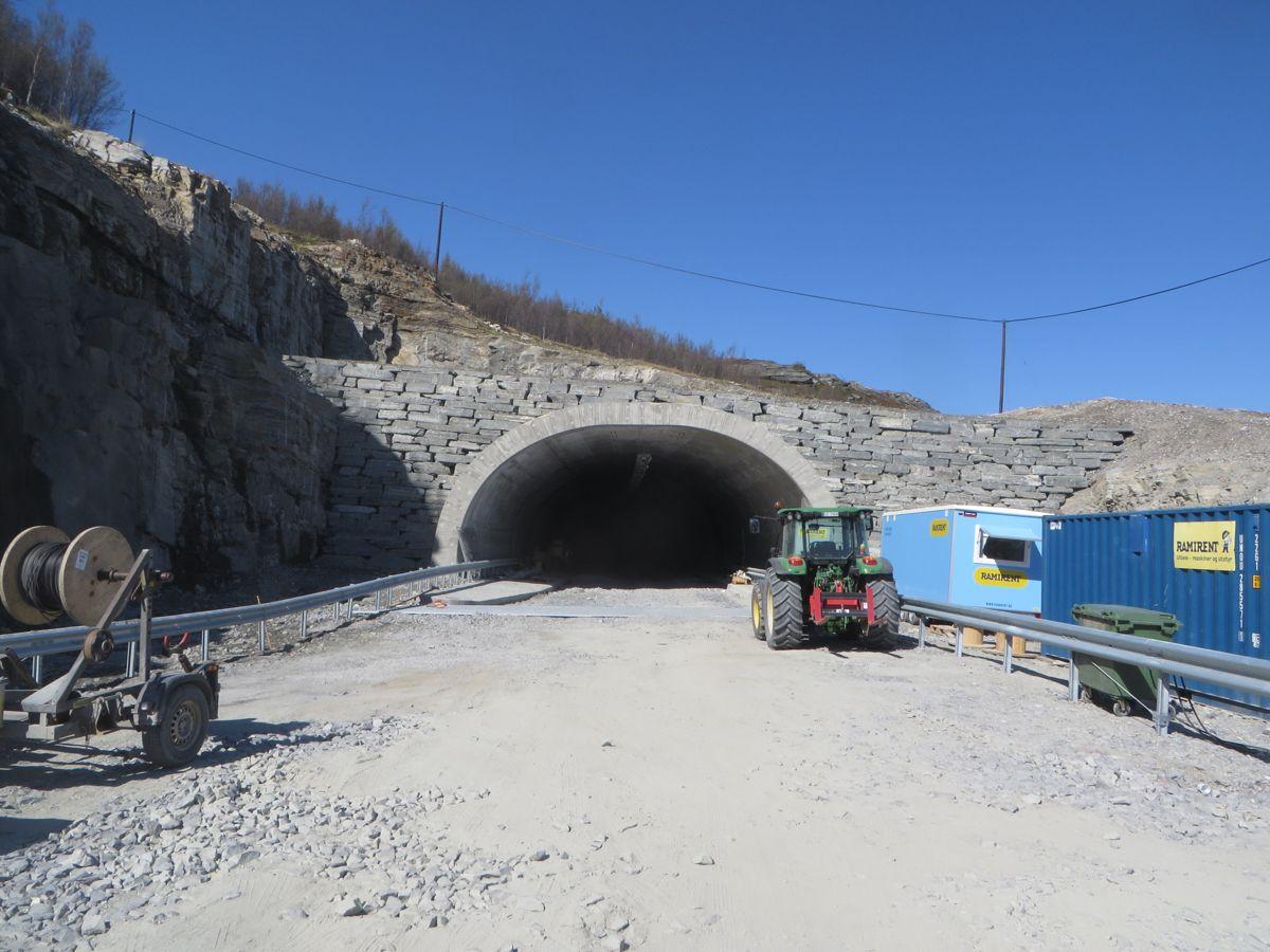 <p>LNS har bygget Áilegastunnelen ved delstrekningen Storsandnes–Langnesbukt. E6-tunnelen åpens på senhøsten. Foto: Torgeir Dahle.</p>