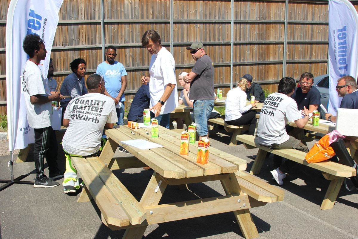 Det var hektisk aktivitet rundt bordene da entreprenrøer møtte ungdommer til speed-date på Kuben yrkesarena. Foto: Svanhild Blakstad