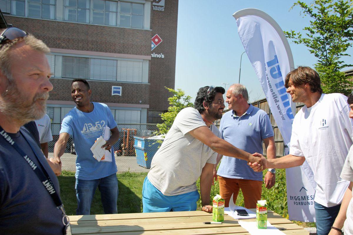 Mange håndtrykk ble utvekslet mellom arbeidsgivere og unge som vil inn i byggenæringen på rekrutteringsdagene på Kuben yrkesarena. Foto: Svanhild Blakstad