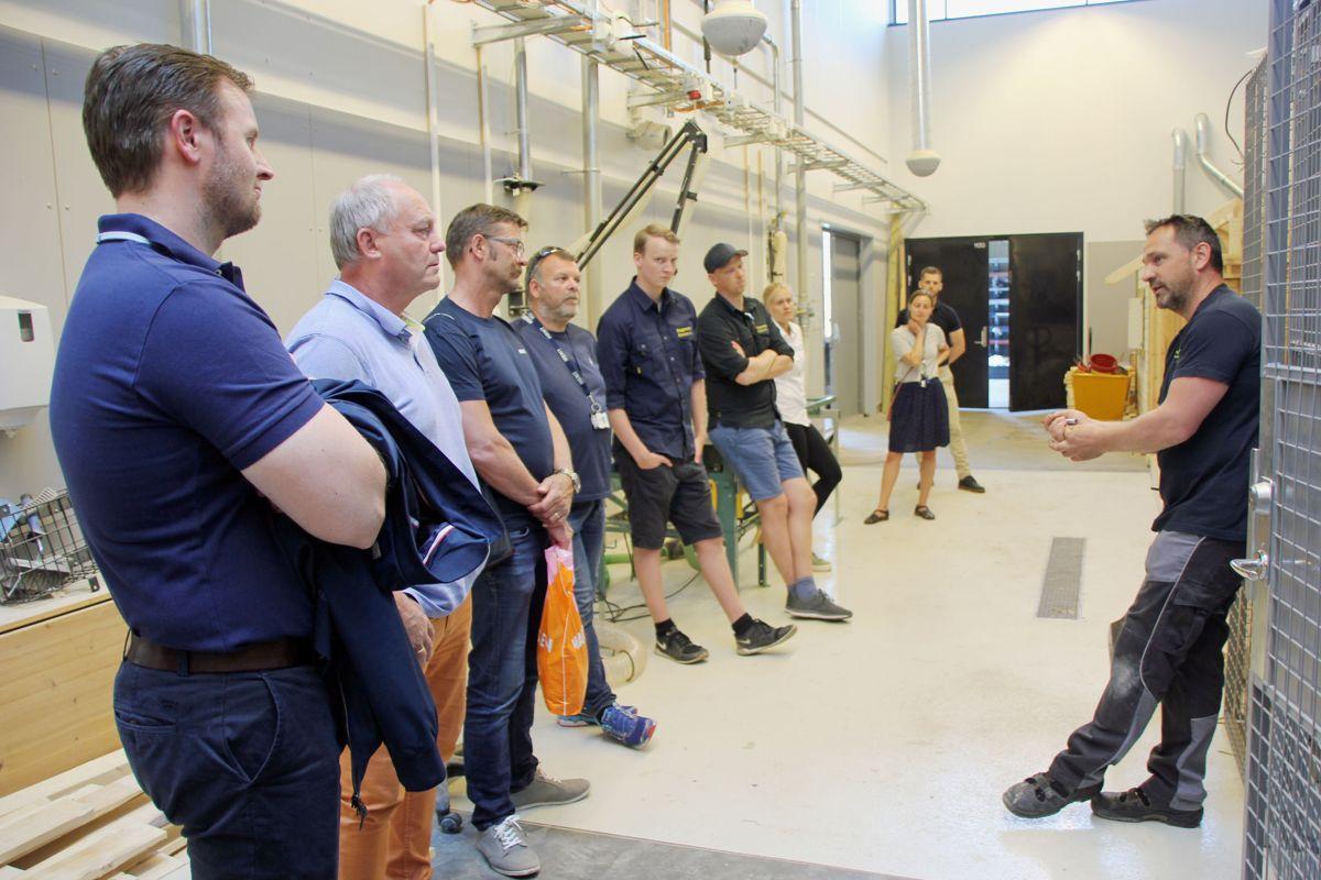 Daglig leder Harald Hansen i Opplæringskontoret for tømrerfaget holder infomøte for bedriftene som deltok på rekrutteringsdagen. Foto: Svanhild Blakstad