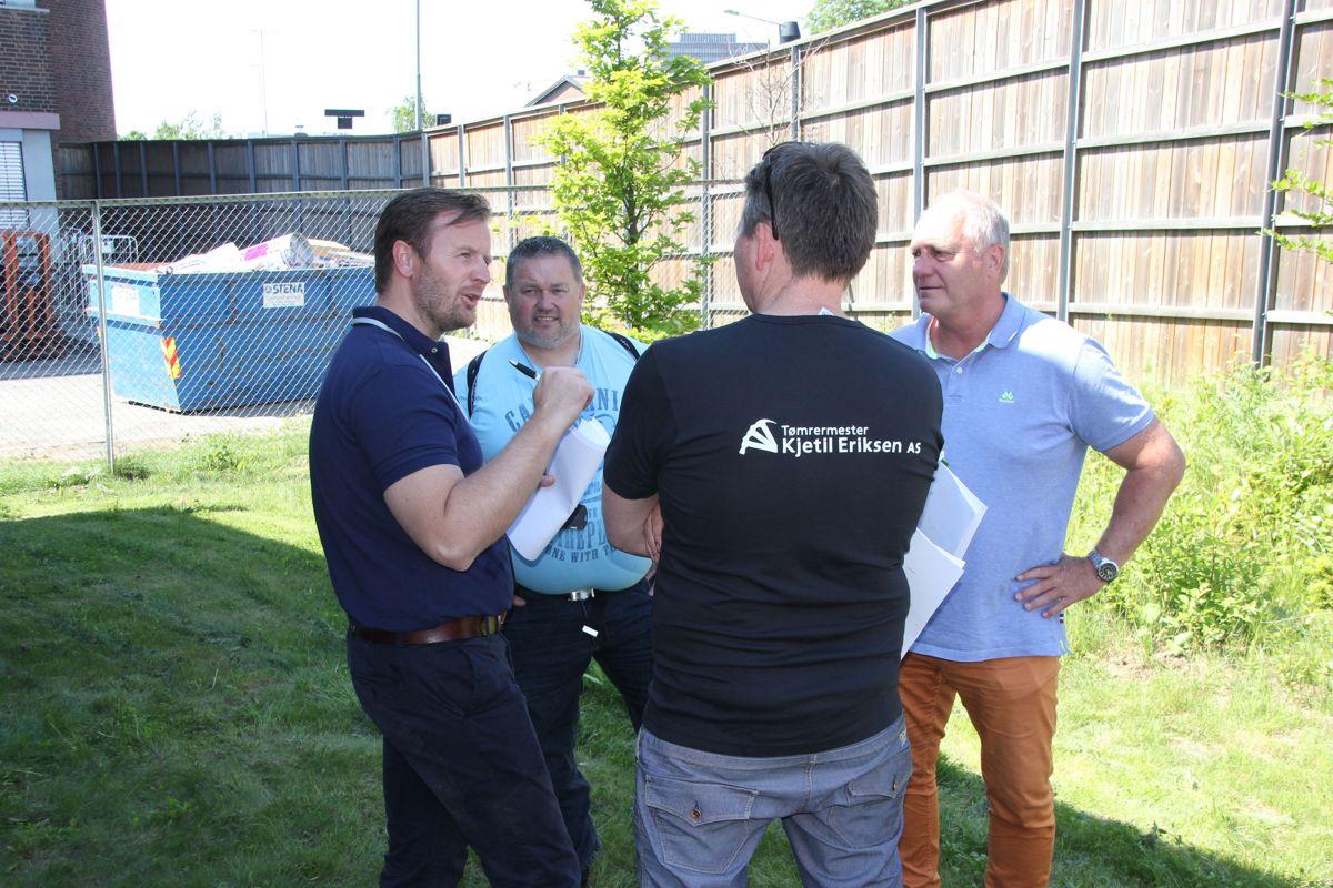 Entreprenørene diskuterte ivrig seg imellom på rekrutteringsdagen. Foto: Svanhild Blakstad